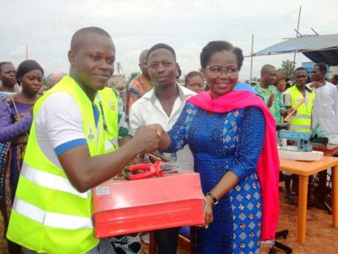 Remise de kit jeune artisan 493x370 - Volontariat des Jeunes Déscolarisés : les jeunes artisans volontaires reçoivent des kits d'installation