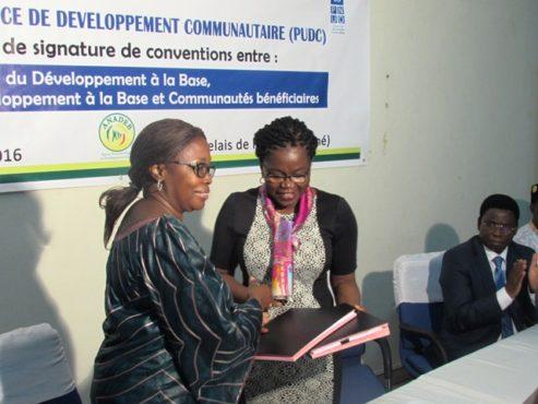 PUDC signature de conventions 493x370 - PUDC : le ministère chargé du Développement  à  la Base signe des conventions avec le PNUD et avec les communautés bénéficiaires de microprojets d'infrastructures socio-économiques