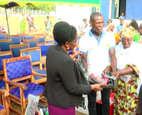 Remise kit JDS Grand Lomé 457x370 - Volontariat : 196 JDS du Grand -Lomé  ont reçu des kits pour leur insertion professionnelle