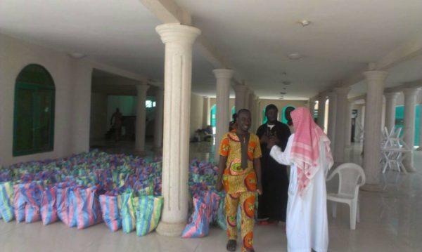 distribution vivres 600x359 - Ramadan 2017 : don de vivres aux nécessiteux à la maison du Hadj