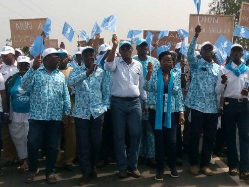 Marche UNIR Tsévié 493x370 - Grande marche d'UNIR pour la paix : une marée humaine déferle sur Tsévié