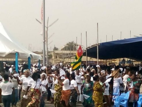 Prière oecuminique 2 493x370 - Pour la paix et la cohésion sociale : des milliers de Togolais ont imploré Dieu