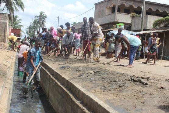 curage de caniveaux à Adakpamé Dangbuipé 555x370 - ''Lomé-propre'' : désherbage et curage de caniveaux  ce samedi