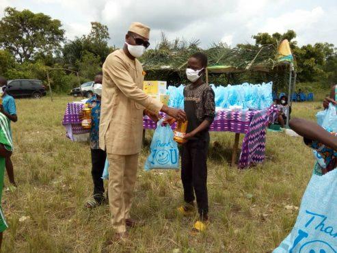 Franco Djimélo 493x370 - Covid-19: vivres et kits de protection offerts par Franco Dimélo aux populations de Kpélé-Akata