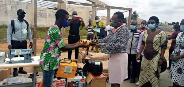 Remise de kits aux VEC 08 10 2020 600x284 - Togo/ Grand-Lomé : des kits d'outillage d'une valeur de 53 millions FCFA remis aux VEC de la 5ème vague