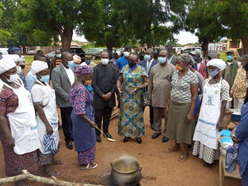 vistite ministre Myriam Dossou Gape centre 494x370 - Togo: A Gapé-Centre, Myriam Dossou encourage les mamans-cantines