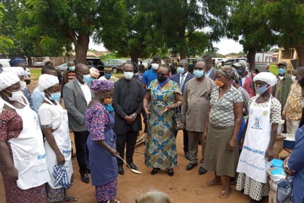 vistite ministre Myriam Dossou Gape centre 600x400 - Togo: A Gapé-Centre, Myriam Dossou encourage les mamans-cantines