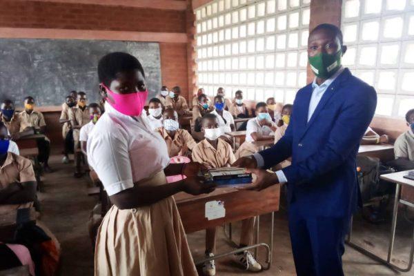 remise par Aristide Agbossoumonde 600x400 - Rentrée scolaire : le coup de pouce salutaire de Victoire Tomégah -Dogbé aux élèves de Vo