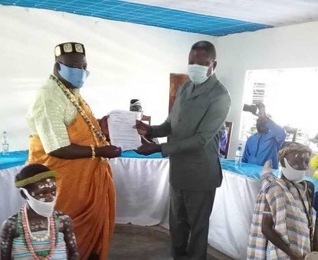 Arrete de reconnaissance bon 453x370 - Togo/ Haho: remise d'arrêté de reconnaissance à Togbui HESSOU HOTODJI AGBAGBA II, chef du village de SEMONDJIHOE