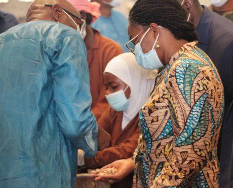 visite complexe cajou sokode 460x370 - Togo: le Premier Ministre visite une unité de transformation de la noix de cajou dans la préfecture de Tchaoudjo