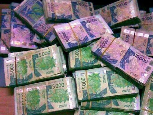 Liasses de billets de FCFA 493x370 - Togo/ Du trading au Ponzi: la fin d'un système d'escroquerie sournois