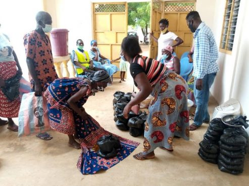 Don de vivres ANADEB Vo2 493x370 - Togo/ Maritime: coup de pouce de l'ANADEB aux personnes du troisième âge