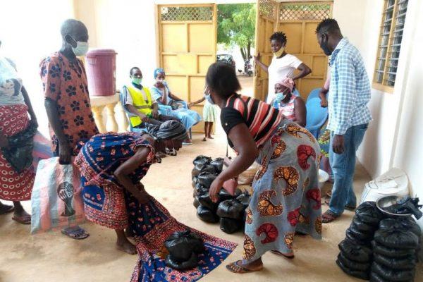 Don de vivres ANADEB Vo2 600x400 - Togo/ Maritime: coup de pouce de l'ANADEB aux personnes du troisième âge