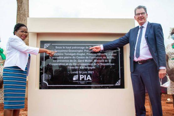 pose premiere pierre centre de formation PIA 555x370 - Centre de formation professionnelle de la PIA: pose de la première pierre